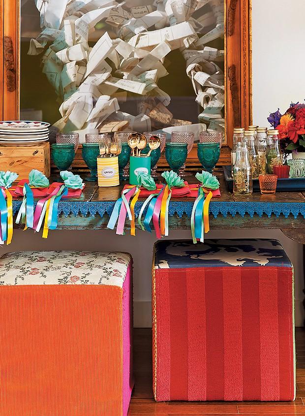 Você gosta de cores e vai servir os convidados dentro da sua sala? Uma fita de renda alegra o aparador, que deve ficar sem toalha. Para isso, basta utilizar um fita adesiva dupla-face. Lá você pode deixar as louças e alguns pratos saborosos, para que os c (Foto: Cacá Bratke/Casa e Comida)