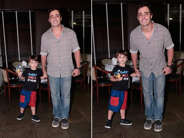 Thiago Rodrigues chega com o filhinho à churrascaria (Foto: Felipe Monteiro / TV Globo)