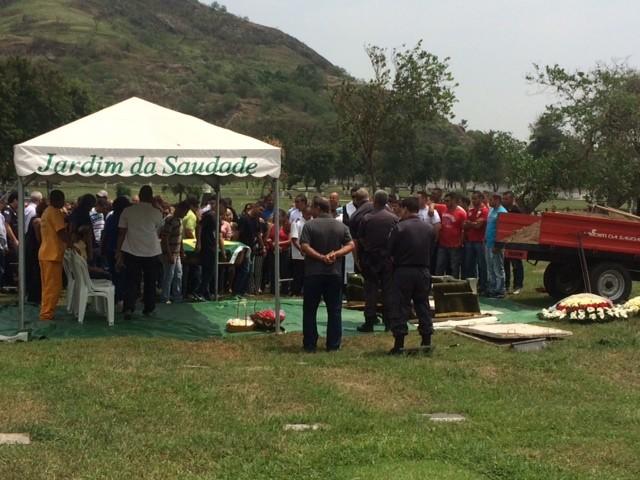 Corpo de Neandro foi enterrado em Sulacap (Foto: Janaína Carvalho/G1)
