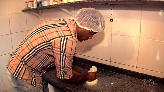 Zagueiro semifinalista do Goianão se divide entre a bola e a produção de queijos