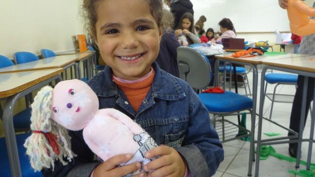 Crianças aprenderam a fazer brinquedos de pano (Foto: Luis Lopes/RBS TV)