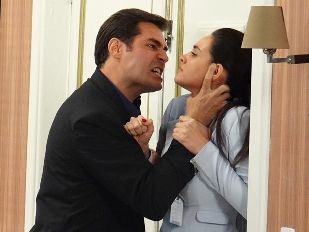 Marcos se irrita e ameaça agredir Sueli (Foto: Rodrigo Brisolla/Gshow)