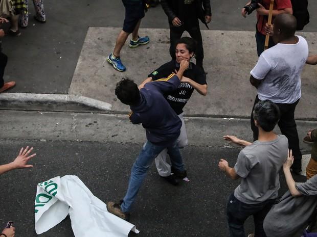 Manifestante contra Temer e uma apoiadora da intervenção militar entram em confronto em frente à Fiesp, na Avenida Paulista (Foto: Amanda Perobelli/Estadão Conteúdo)