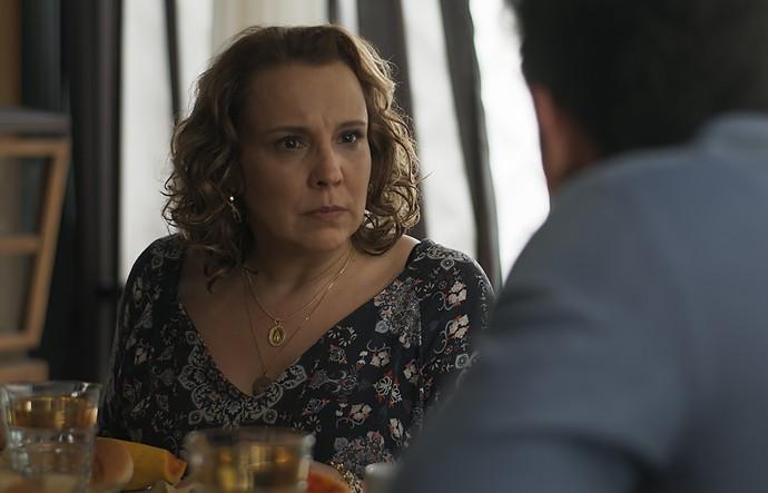 Néia discute com Lázaro sobre plano de falso sequestro (Foto: TV Globo)