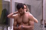 Ana Paula ajeita o pé do cabelo de Matheus