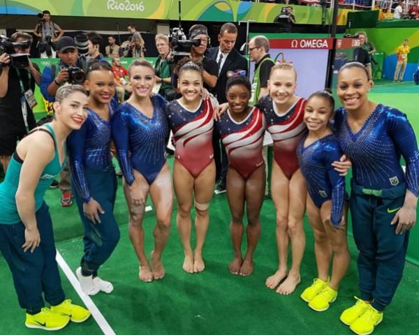 Ginastas brasileiras e americanas posam juntas nas Olimpíadas do Rio (Foto: Reprodução/Instagram)
