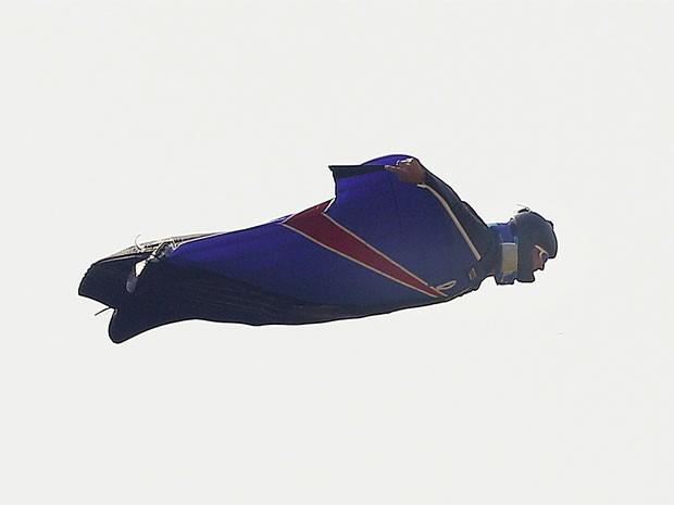 Gary Connor é visto no céu usando sua veste especial, que lembra um esquilo voador. Ele pulou de um helicóptero a 731 metros de altitude e aterrisou com sucesso sem usar pára-quedas (Foto: Reuters)