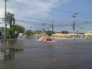 Alagamentos atrapalharam motoristas na Avenida Sertório (Foto: Vanessa Felippe/RBS TV)