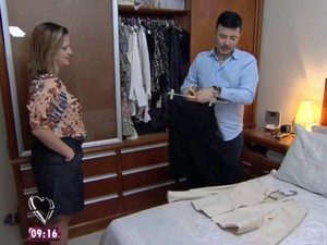 Carlos Tufvesson dá uma geral no guarda-roupa de Andrea (Foto: TV Globo)