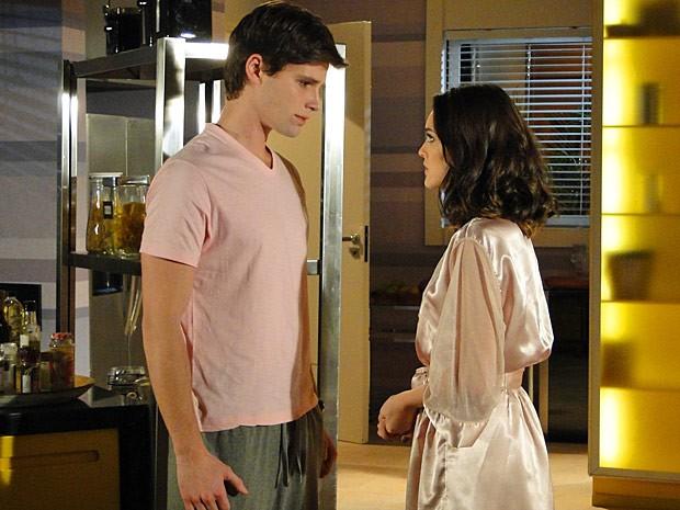 Arrependido? Conrado pede mais uma chance para Cida (Foto: Cheias de Charme / TV Globo)