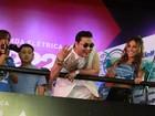 Psy assiste ao show de Claudia Leitte  cercado de mulheres