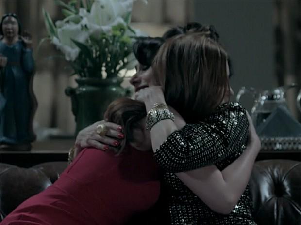 Magnólia e Maria Ísis se abraçam depois de uma longa conversa (Foto: Vídeo Show / Gshow)