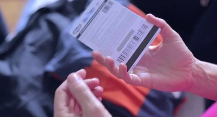 Ao virar um cartão Skype, é possível ver o código responsável por abastecer os créditos (Foto: Reprodução/Skype)
