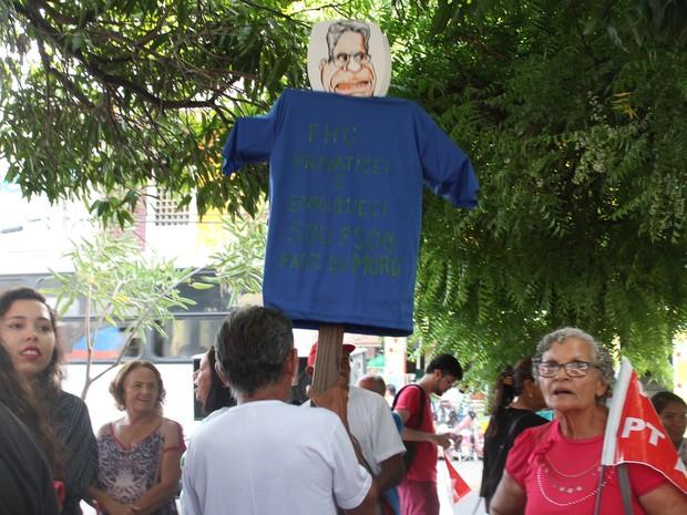 manifestante faz boneco de FHC em Petrolina, PE (Foto: Juliane Peixinho / G1)