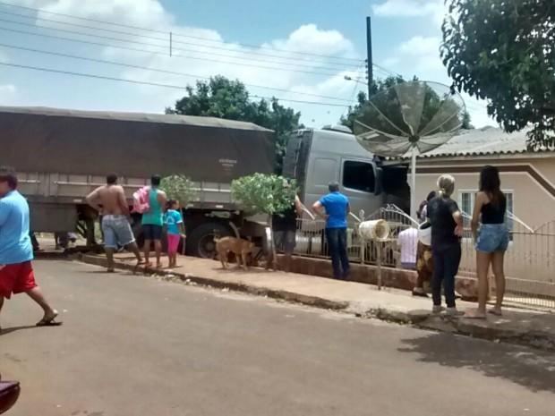 Dois quartos e dois banheiros foram destruídos após carreta invadir residência (Foto: Claudemir de Oliveira Souza/VC no G1)