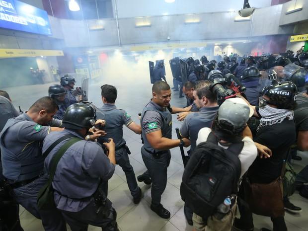 Tumulto na estação Faria Lima do Metrô de São Paulo, na zona oeste da capital paulista, durante ato organizado pelo Movimento Passe Livre (Foto: J. F. Diorio/Estdaão Conteúdo)