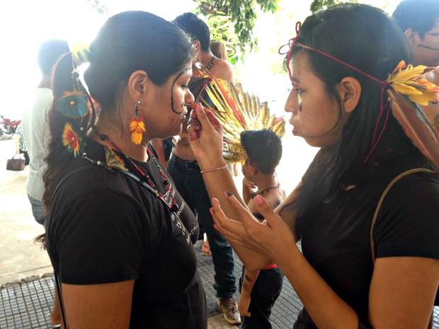 índios da etnia Bororo, de General Carneiro, também participaram de protesto (Foto: Desirêe Galvão/ G1)