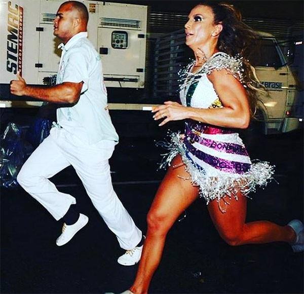 A foto publicada por Angélica e Di Ferrero, mostra a cantora correndo para chegar ao carro alegórico (Foto: Reprodução/Instagram)