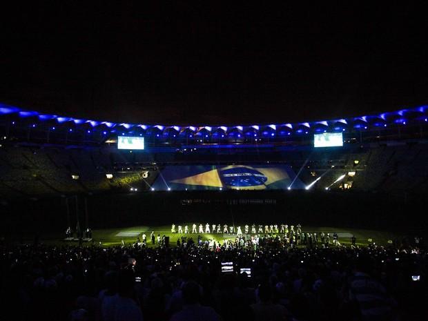 Antes do jogo, luzes foram apagadas e uma imensa bandeira do Brasil foi exibida (Foto: Raphael Lima / Prefeitura do Rio)