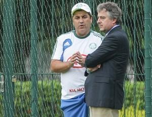 Gilson Kleina conversando com Paulo Nobre no Palmeiras (Foto: Daniel Teixeira/Agência Estado)