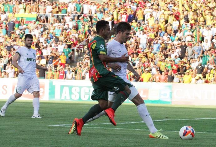 Nádson durante partida diante do América-MG, nessa terça-feira, no Castelão (Foto: Biamam Prado / O Estado)