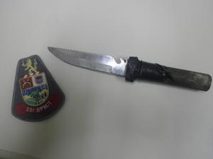Faca usada pelo suspeito para esfaquear a ex-namorada em Cruzeiro. (Foto: Divulgação/Polícia Militar)