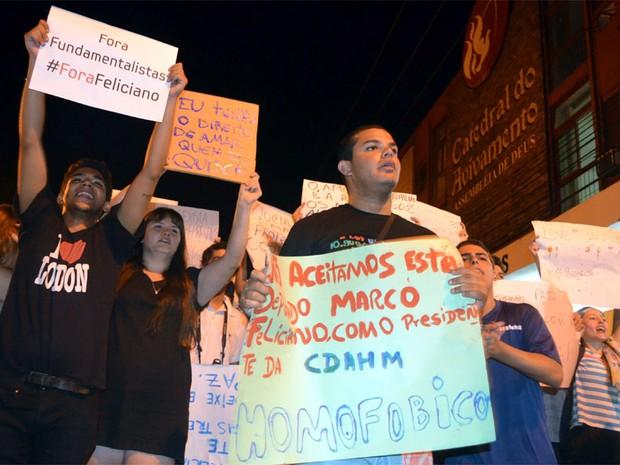 Grupos se concentraram a partir das 18h30 em frente à Catedral do Avivamento em Ribeirão Preto (Foto: Rodolfo Tiengo/G1)