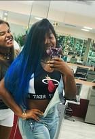 Ludmilla radicaliza no visual e colore os cabelos de azul em estilo degradê