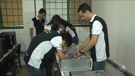 Grupo conserta computadores e doa para estudantes de baixa renda na BA