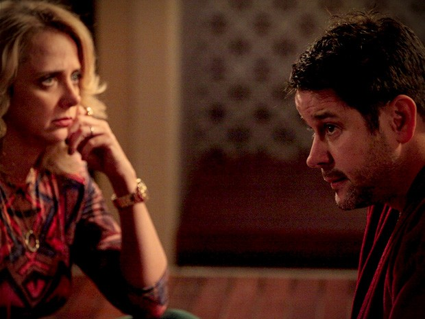 Ivana pressiona Tufão para saber se ele está apaixonado (Foto: Avenida Brasil/TV Globo)
