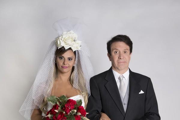"""Viviane caracterizada na peça Até que o casamento nos separe: """"Sempre quis me vestir de noiva"""" (Foto: Claudia Martini)"""