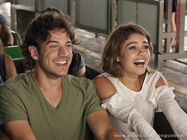 Quem diria! Amora se diverte para valer na montanha-russa do parque (Foto: Sangue Bom/TV Globo)