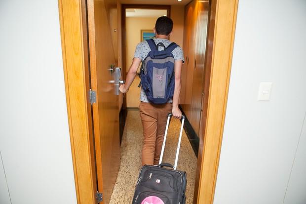 Entrando para a prisão Supermax, ops, para o confinamento no quarto do hotel (Foto: Anderson Barros / EGO)