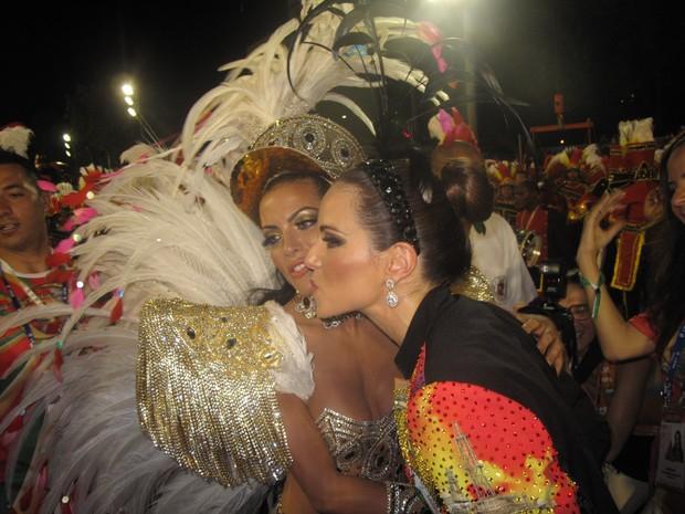 Atual rainha da Grande Rio, Carla Prata abraça Ana Furtado (Foto: Carolina Lauriano / G1)
