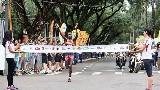 O queniano Willian Kibor venceu com tempo em 29′21′ (Foto: André Renato/ Secon)