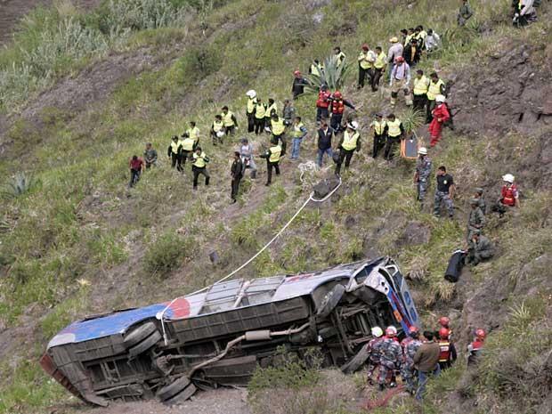 Ônibus caiu em ribanceira de cerca de 300 metros. (Foto: Carlos Campana / Reuters)