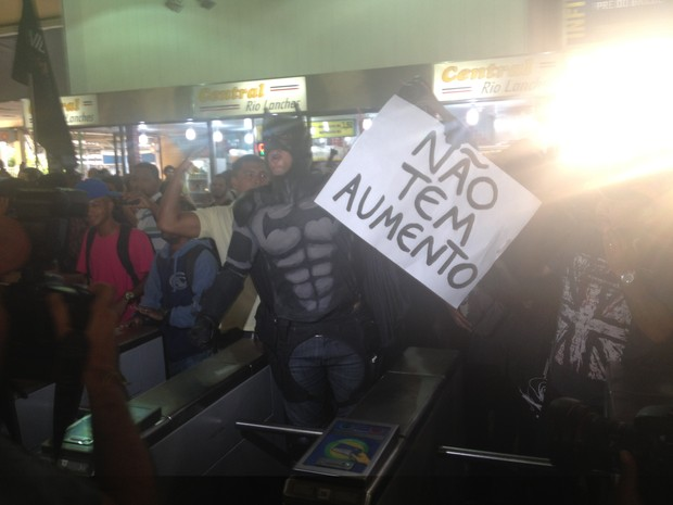"Eron ""Batman"" participou de ato contra aumento das passagens (Foto: Daniel Silveira/ G1)"