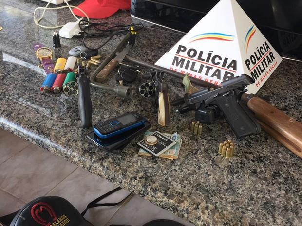 Parte do material apreendido pela PM com o grupo  (Foto: Polícia Militar/Divulgação)