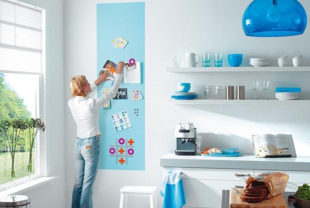 Na cozinha, uma faixa colorida com tinta ímã organiza papéis (Foto: Divulgação)