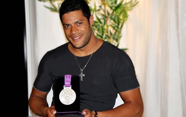 Hulk com a medalha de prata olímpica (Foto: Amanda Araújo / Revista Pitanga)