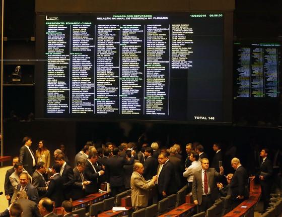 Parlamentares no plenário da Câmara dos Deputados no Congresso Nacional para o início da sessão que decide o impeachment da presidente Dilma Rousseff (Foto: Aílton de Freitas / Ag. O Globo)