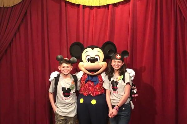 O personagem Mickey Mouse com as crianças que ficaram sabendo da adoção (Foto: Facebook)