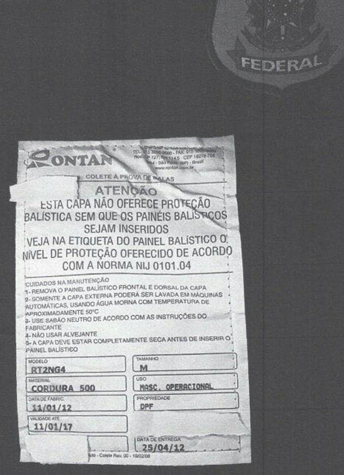 Aviso colado em colete à prova de bala da PF de Brasília alertando que o equipamento está vencido