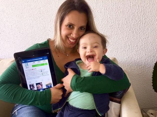 Ingrid e e pequeno Lelê: ela transformou o susto inicial em motivação (Foto: Divulgação/ 21 motivos para sorrir)