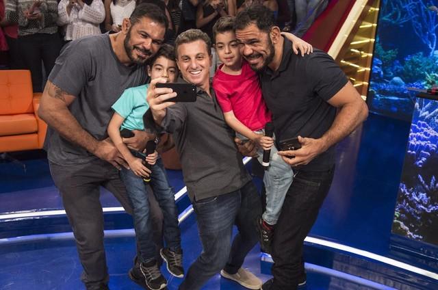 Luciano Huck com Minotauro e Minotouro (Foto: Maurício Fidalgo/TV Globo)