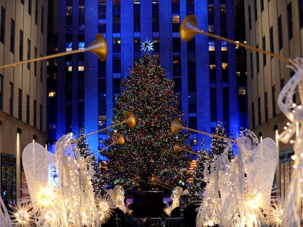 Nova York começou nesta quarta-feira (2) o período de festas de fim de ano com a tradicional cerimônia de inauguração da iluminação da árvore de Natal instalada na praça do Rockefeller Center (Foto: Diane Bondareff/Invision for Tishman Speyer/AP)
