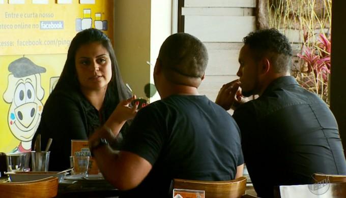Bruno almoça com a esposa antes de reunião com a diretoria do Boa Esporte em Varginha (Foto: Reprodução EPTV / Tarcisio Silva)