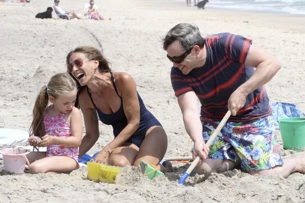 Matthew Broderick e Sarah Jessica Parker brincam com a filha na praia (Foto: Grosby)