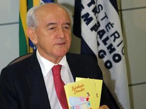 O ministro do Trabalho, Manoel Dias, apresenta cartilha de direitos para domésticas (Foto: Renato Alves/MTE)