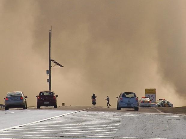 Incêndio invadiu parte da pista da Marechal Rondon (Foto: Reprodução / TV TEM)